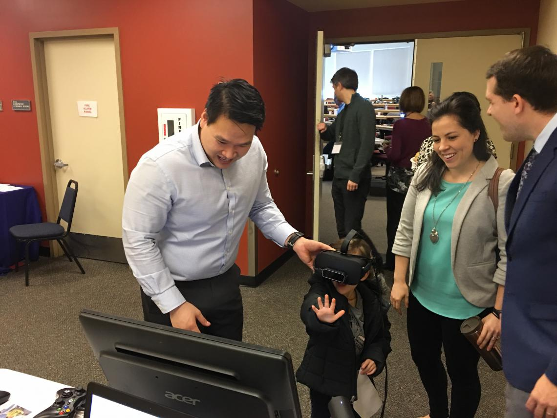 Dr. Tuan Tran demoing Vivid Vision at the Northwest OEP conference.